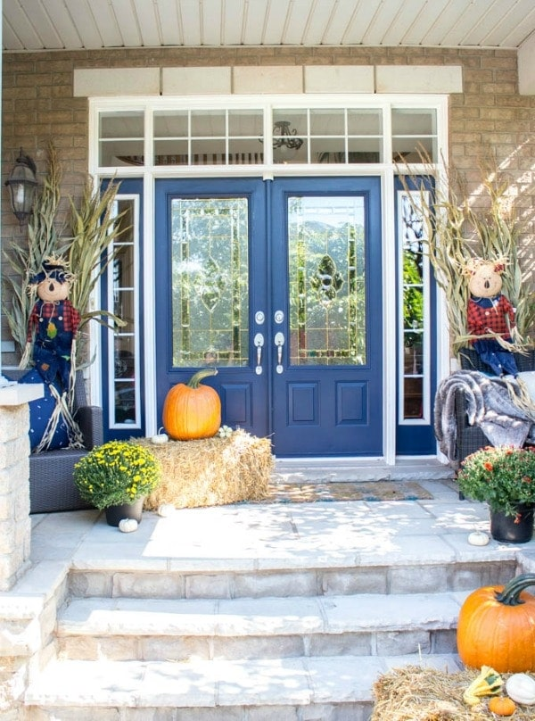 Fall Porch Decor ideas with rustic hay bales, corn stalks and pumpkins. This is an easy and simple fall porch decor that you can DIY to make your porch inviting this fall.