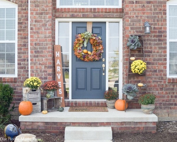 Front entry fall porch decor. Cozy and warm for autumn. Easy idea to decorate your entrance with fall porch decor